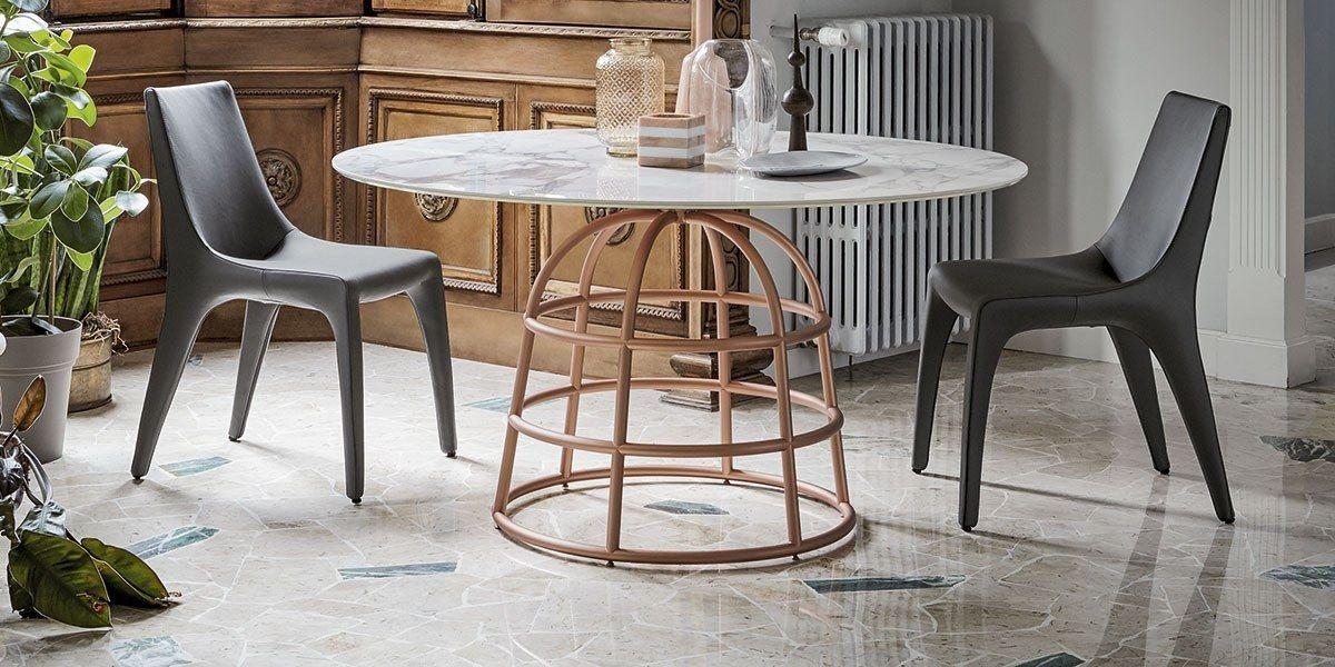 שולחן אוכל עגול עם רגל ייחודית MASS שיש רגל נחושת
