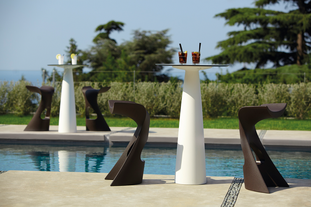 כסא בר מינימלסטי בעיצובו של קארים ראשיד בצבע חום