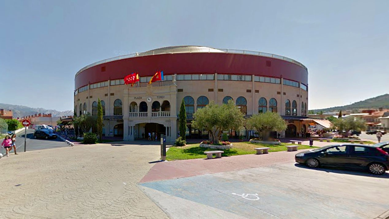 Plaza de toros cubierta de moralzarzal de moralzarzal for Piscina moralzarzal