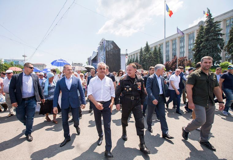 Лидер Демократической партии Молдовы олигарх Влад Плахотнюк (в центре) не признает новую коалицию и правительство. На фото он со своими сторонниками в Кишиневе, Молдова, 10 июня 2019