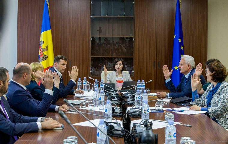 Новое правительство во главе с премьером Майей Санду (в центре) проводит заседание в здании парламента. Вход в здание правительства заблокирован. Кишинев, Молдова, 10 июня 2019