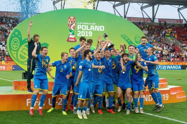 Игроки сборной Украины U-20 с кубком мира по футболу, Лодзь, Польша, 15 июня 2019 год