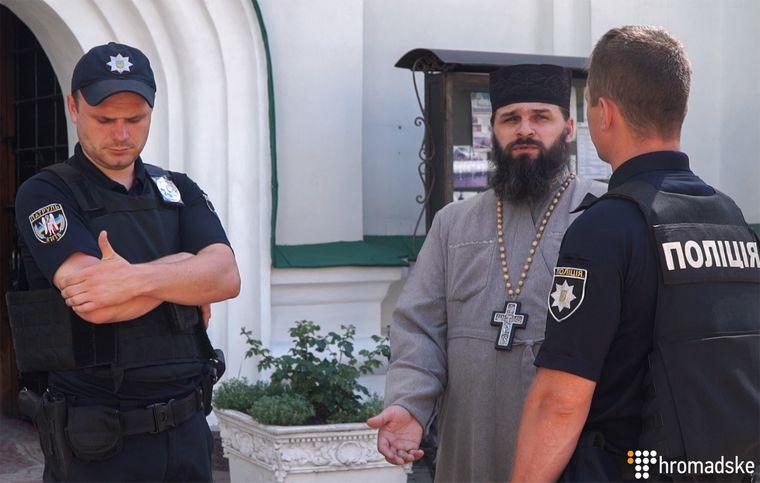 Звільнений намісник Свято-Феодосіївського монастиря архімандрит Макарій (Папіш) з поліцейськими, Київ, 26 червня 2019 року
