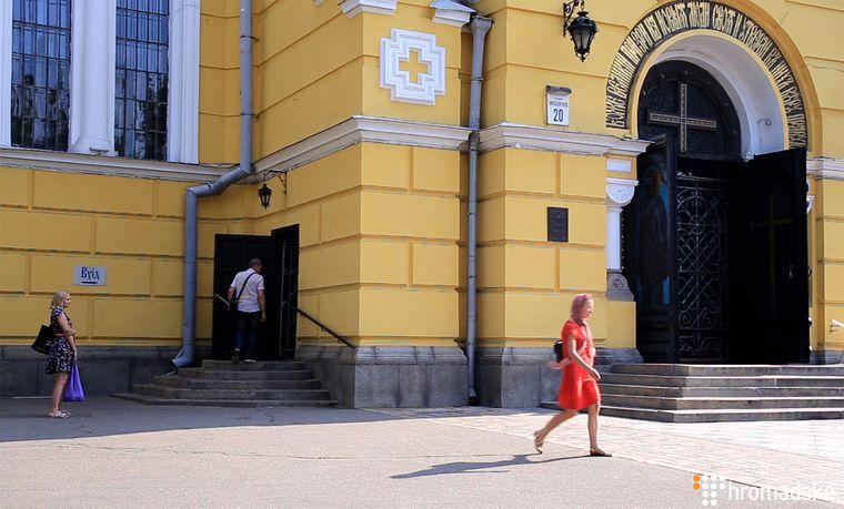 Віряни біля Володимирського собору у Києві, 27 червня 2019 року