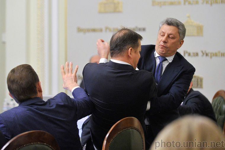 Бійка між народними депутатами Олегом Ляшком (в центрі) і Юрієм Бойком (праворуч) на засіданні погоджувальної ради парламенту у Києві, 14 листопада 2016 року
