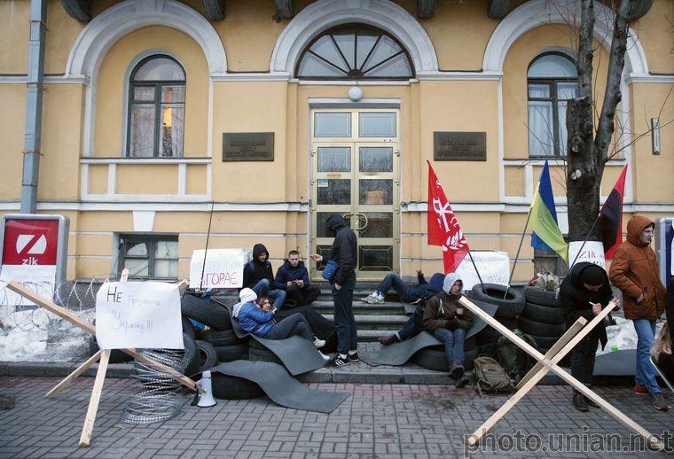 Протест біля офісу ZIK, коли з'явилась інформація, що Медведчук зібрався купити телеканал, 28 березня 2018 року. Влітку 2019 року він його придбав через соратника Тараса Козака