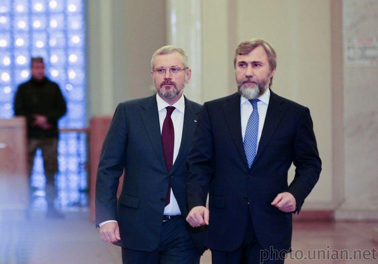 Колишні «регіонали» Олександр Вілкул (ліворуч) та Вадим Новинський ідуть на парламентські вибори окремо (на фото — народні депутату в кулуарах Ради, 26 листопада 2018 року)