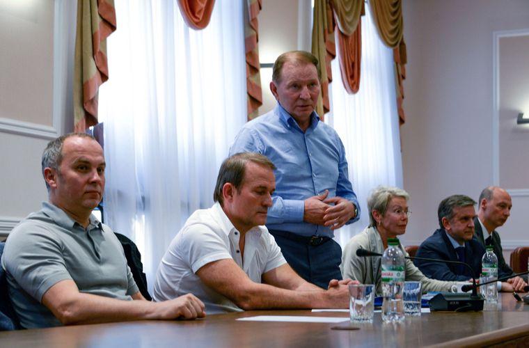 Учасники переговорного процесу із звільнення полонених у Мінську, Білорусь, 23 червня 2014 року. Зліва направо: Нестор Шуфрич, Віктор Медведчук і Леонід Кучма