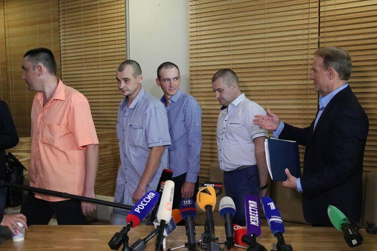 Голова політради партії «Опозиційна платформа — За життя» Віктор Медведчук із звільненими українцями з російського полону в аеропорту Мінська, Білорусь, 28 червня 2019 року