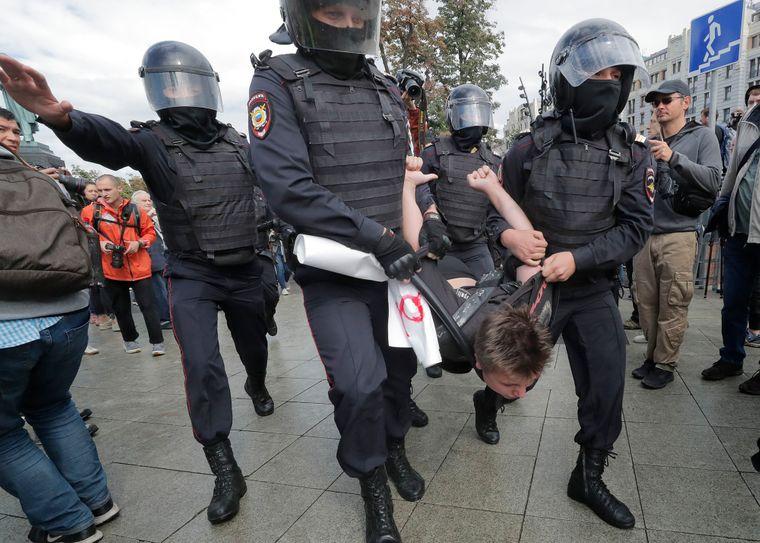 Поліція розганяє та затримує учасників акції протесту опозиції в центрі Москви, Росія, 3 серпня 2019 року