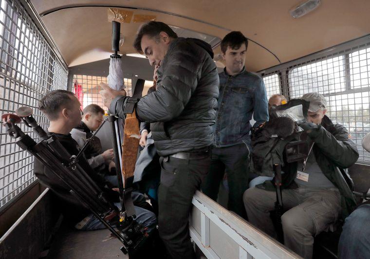 Затримані на акції журналісти сидять в автозаку поліції, Москва, Росія, 3 серпня 2019 року