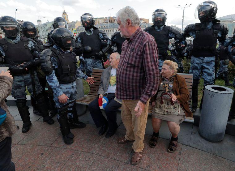 Бійці ОМОНу поряд з учасниками акції протесту похилого віку, Москва, Росія, 3 серпня 2019 року