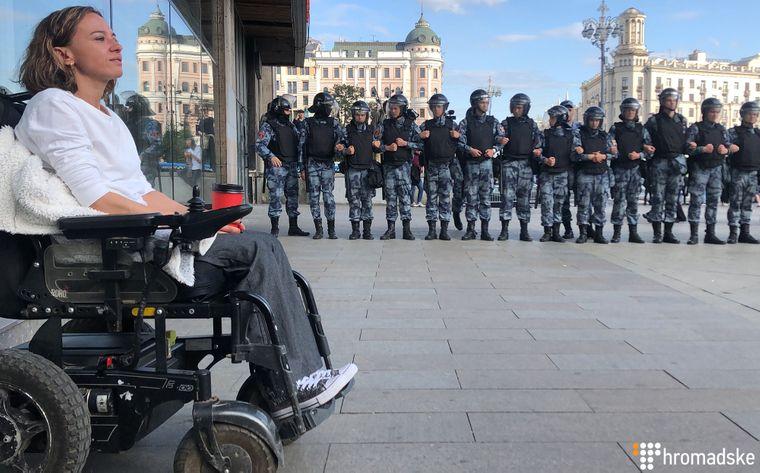 Учасниця акції протесту на візку біля кордону ОМОНа, Москва, Росія, 3 серпня 2019 року