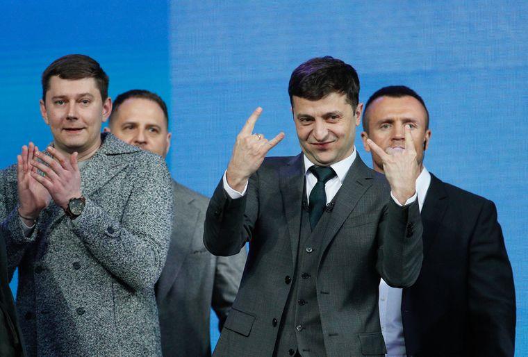 Президент України Володимир Зеленський (в центрі) та заступник глави Офісу президента Юрій Костюк (ліворуч) перед дебатами на НСК «Олімпійський», Київ, 19 квітня 2019 року