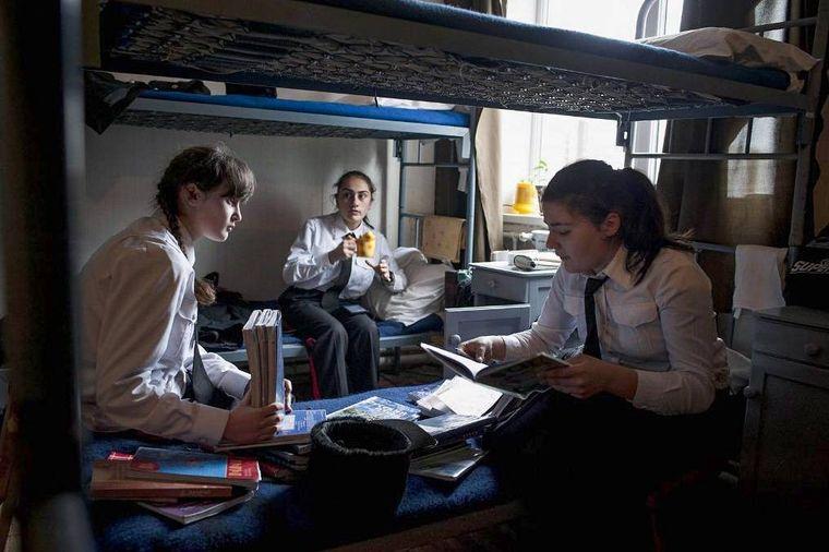 В семье Евы (в центре) отец и дяди — военные, поэтому они поддержали ее решение учиться в военном лицее.
