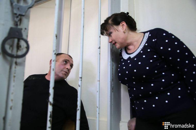 Юрій Будзило розмовляє з дружиною у Лефортівському суді Москви, Росія, 17 квітня 2019 року