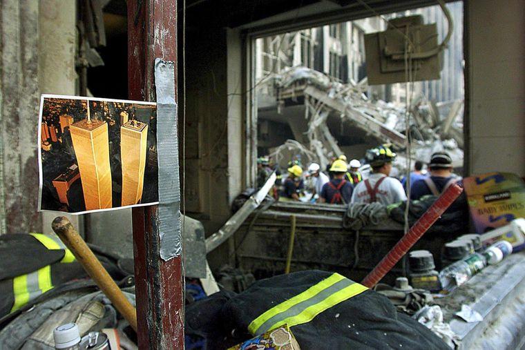 Спасатели на месте, где упали башни-близнецы в Нью-Йорке, в результате террористической атаки организации «Аль-Каида», сентябрь 2001 года