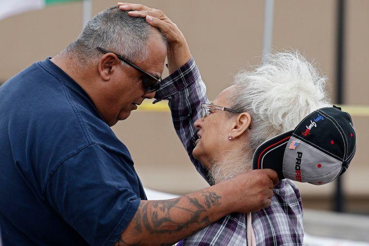 Родственники погибших в результате стрельбы в супермаркете Walmart в Эль-Пасо молятся у мемориала на улице, штат Техас, США, 6 августа 2019 года
