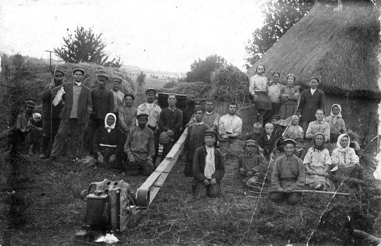 Селяни у колгоспі в Дзензелівці, 24 дорослих та 5 дітей, 1934 рік