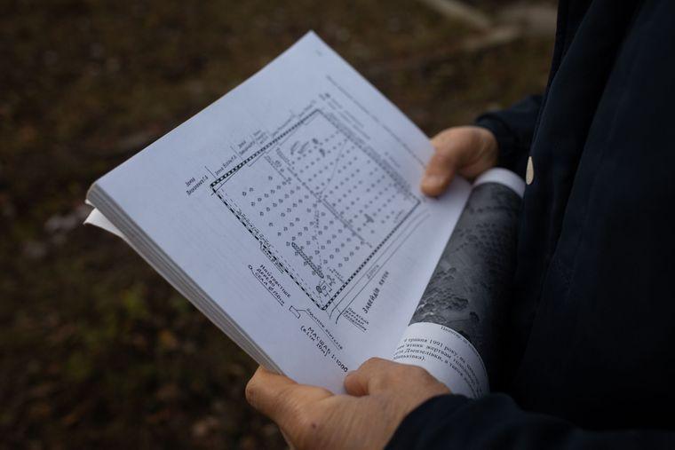 Юрій показує мапу захоронень жертв Голодомору в Дзензелівці, Черкаська область, 11 листопада 2019 року