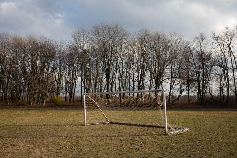 Футбольні ворота на території сучасної школи в Дзензелівці, Черкаська область, 11 листопада 2019 року