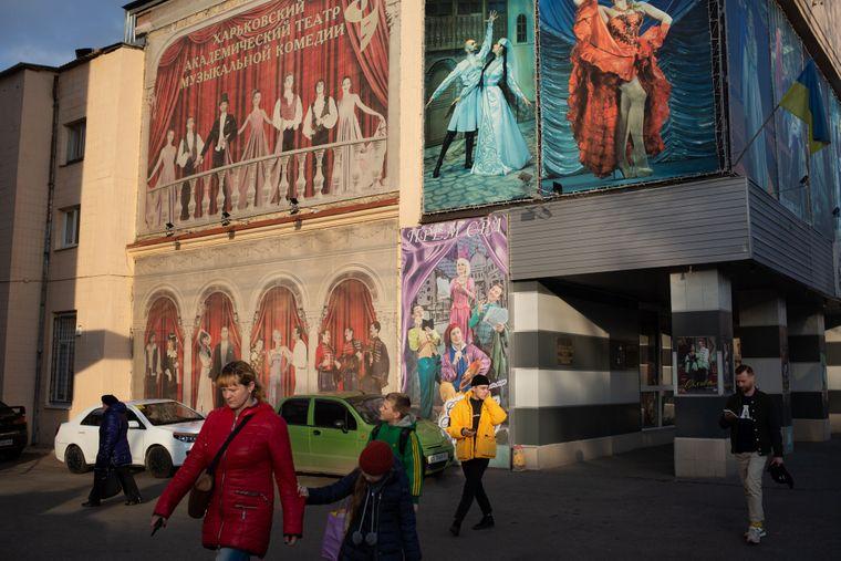 Навпроти воріт моргу, був розташований клуб-театр «Харчосмак», нині — Театр музичної комедії у Харкові, 12 листопада 2019 року