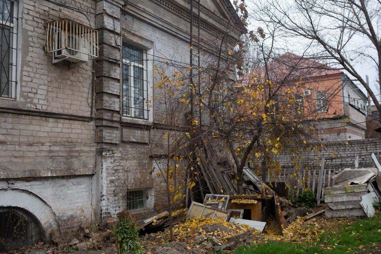 Очевидиця каже, що у внутрішньому дворі колишньої будівлі Будинку немовлят була велика яма, куди скидали тіла померлих дітей, Запоріжжя, 13 листопада 2019 року