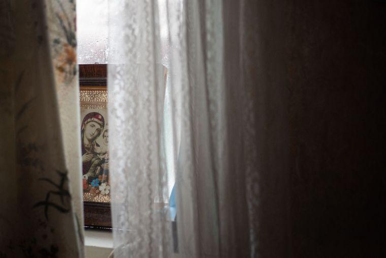 На підвіконні у Ганни — стоси жовтих газет та ікона, Медведівка, Черкаська область, 18 листопада 2019 року