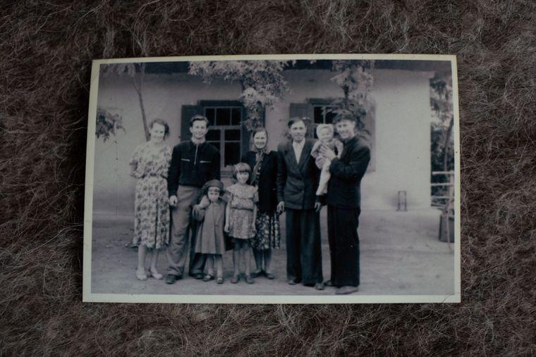 Архівна фотокартка сім'ї Анни у 20-ті роки минулого століття, Медведівка, Черкаська область, 18 листопада 2019 року