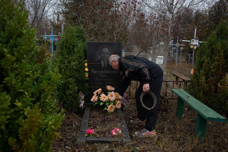 Тарас біля могили батька — Анниного чоловіка Василя, Медведівка, Черкаська область, 18 листопада 2019 року