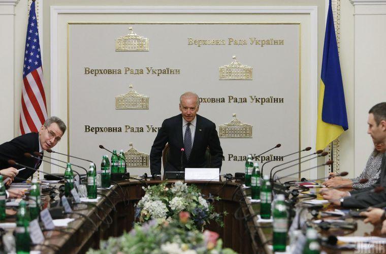 Ексвіцепрезидент США Джо Байден (в центрі) та посол США в Україні Джеффрі Пайєтт (ліворуч) під час зустрічі з лідерами депутатських фракцій, Київ, 22 квітня 2014 року