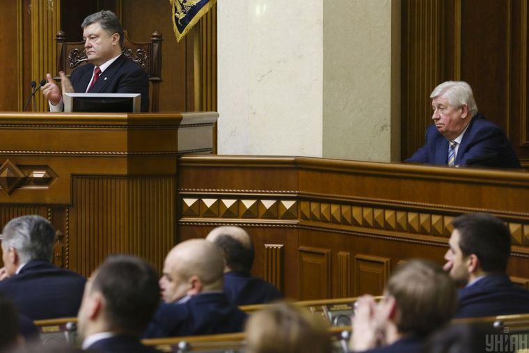 П'ятий президент України Петро Порошенко (ліворуч) і ексгенпрокурор України Віктор Шокін (праворуч) під час засідання Верховної Ради, Київ, 10 лютого 2015 року
