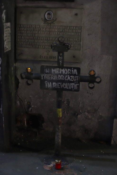Хрест пам'яті перших жертв, полеглих під час революції 1989 року