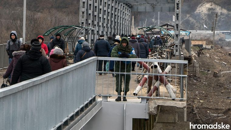 Представник СЦКК у плямистій формі російського зразка стоїть на частині мосту, яка вважається «сірою зоною» — військових тут бути не може, Луганська область, 27 листопада 2019 року