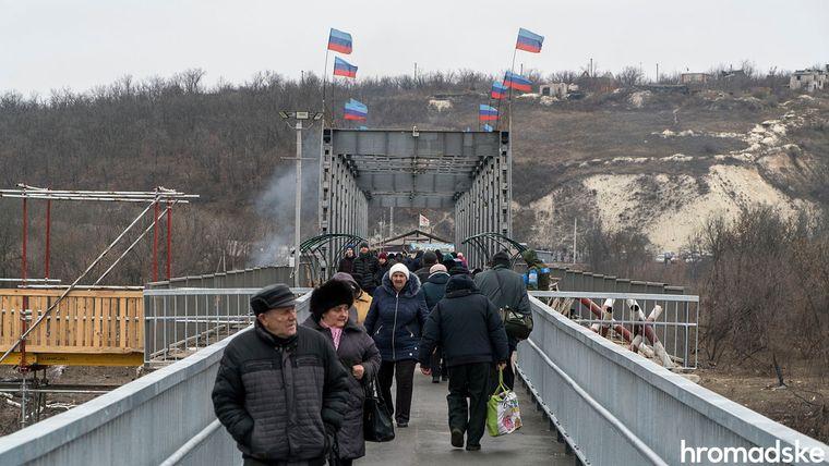 Люди перетинають міст у Станиці Луганській з боку підконтрольної так званій «ЛНР» території, Луганська область, 27 листопада 2019 року