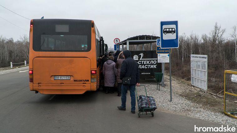 Безплатний автобус на підконтрольній Україні стороні, який перевозить людей від мосту у селище, Луганська область, 27 листопада 2019 року