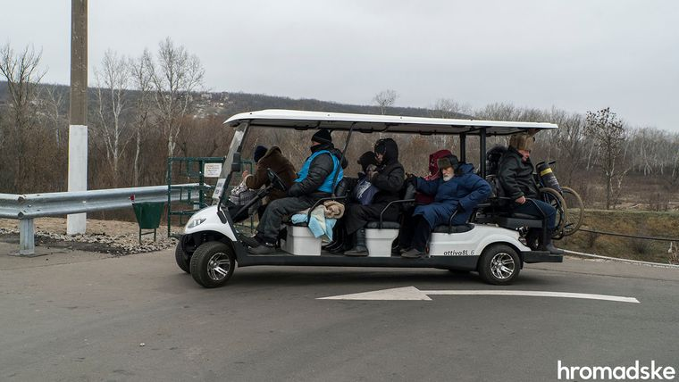 На підконтрольній Україні стороні також курсують два електрокари — для людей з інвалідністю і для тих, кому за 75, Луганська область, 27 листопада 2019 року
