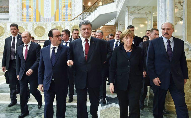 Зліва направо: Володимир Путін, Франсуа Олланд, Петро Порошенко, Ангела Меркель та Олександр Лукашенко, підписання угоди в Мінську про припинення вогню на Донбасі, 11 лютого 2015