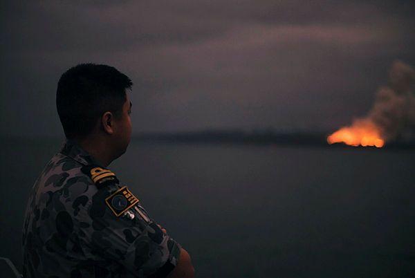 Офицер военно-морского флота, пожар на побережье Иден, Новый Южный Уэльс, Австралия, 5 января 2020 года