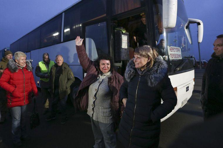 Освобожденные украинские пленные пересекли линию разграничения и выходят из автобусов на КПВВ «Майорское», Донецкая область, 29 декабря 2019 года. Справа — Марина Чуйкова, которую захватили боевики самопровозглашенной «ДНР» неподалеку «Майорского» весной 2018 года, когда она возвращалась из оккупированной Горловки