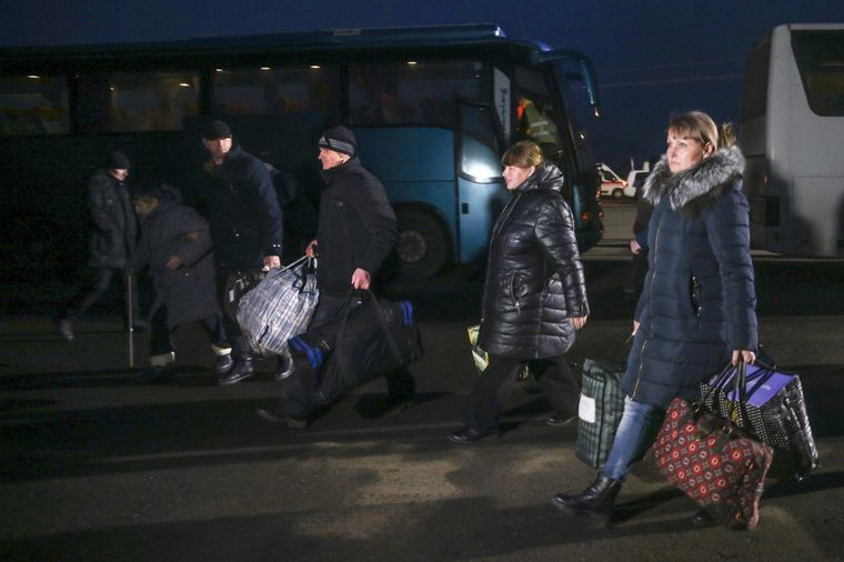 Марина Чуйкова (справа) и другие освобожденные из плена самопровозглашенной «ДНР» направляются из автобусов к временным палаткам на КПВВ «Майорское», Донецкая область, 29 декабря 2019 года
