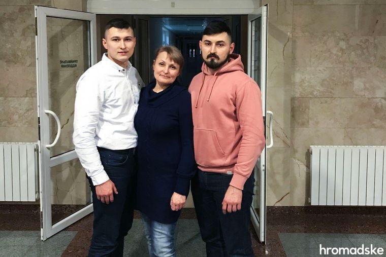 Марина Чуйкова, освобожденная из плена самопровозглашенной «ДНР», с сыновьями Саввой (справа) и Артуром в больнице «Феофания», Киев, 29 декабря 2019 года