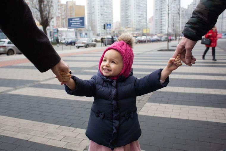 Маша крепко держит за руки родителей, Киев, 16 января 2020 года