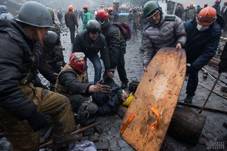 Пораненого на Інститутській протестувальника принесли на Майдан, Київ, 20 лютого 2014 року