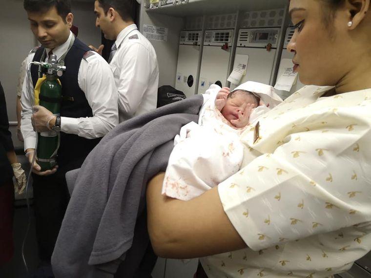 Новонароджений у літаку