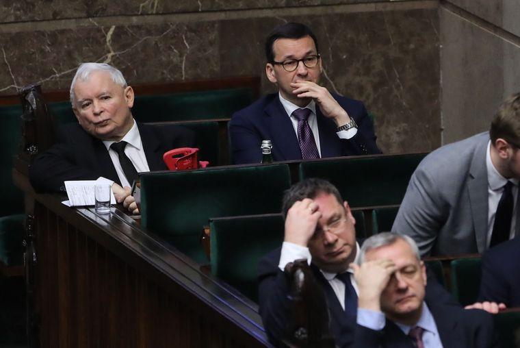 Лідер партії «Право і справедливість» (ПіС) Ярослав Качинський (ліворуч) та прем'єр-міністр Польщі, член ПіС Матеуш Моравецький (праворуч) під час парламентських дебатів у Сеймі щодо  судової реформи в країні, Варшава, Польща, 20 грудня 2019 року