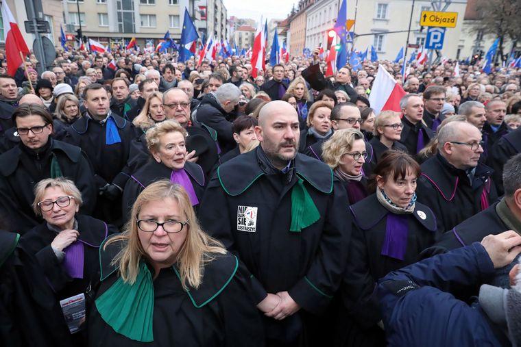 Судді та адвокати з усієї Європи беруть участь у маніфестації під назвою «Марш тисячі мантій» на знак протесту проти судової реформи у Польщі, Варшава, 11 січня 2020 року