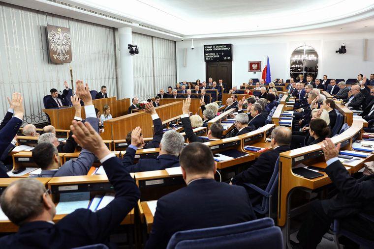 Сенат Польщі — верхня палата парламенту, у якій більшість має опозиція, відхилила суперечливий законопроєкт, що дозволяє звільняти суддів, які ставлять під сумнів законність судових рішень, Варшава, Польща, 17 січня 2020 року. Пізніше 23 січня Польський Сейм — нижня палата парламенту — схвалив цей законопроєкт
