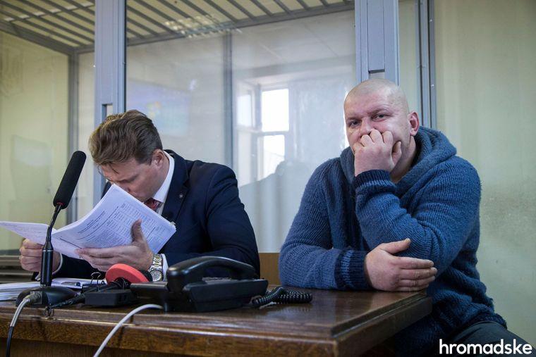 Колишній «беркутівець» Андрій Хандрикін (праворуч), звинувачений у побитті та катуванні активістів Євромайдану, з адвокатом у Дніпровському суді Києва, 13 листопада 2018 року