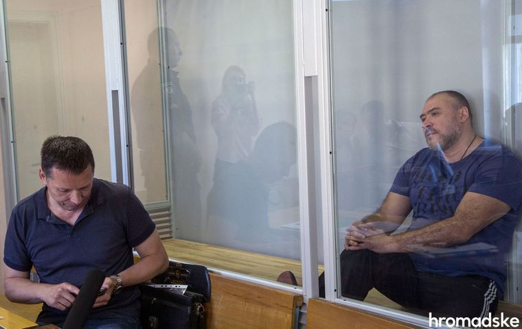 Обвинувачений Юрій Крисін (праворуч) під час засідання Дарницького райсуду Києва з розгляду справи про вбивство В'ячеслава Веремія, 31 травня 2018 року